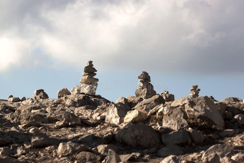 Σωροί βράχων της Zen κάτω από το νεφελώδη ουρανό στοκ εικόνα