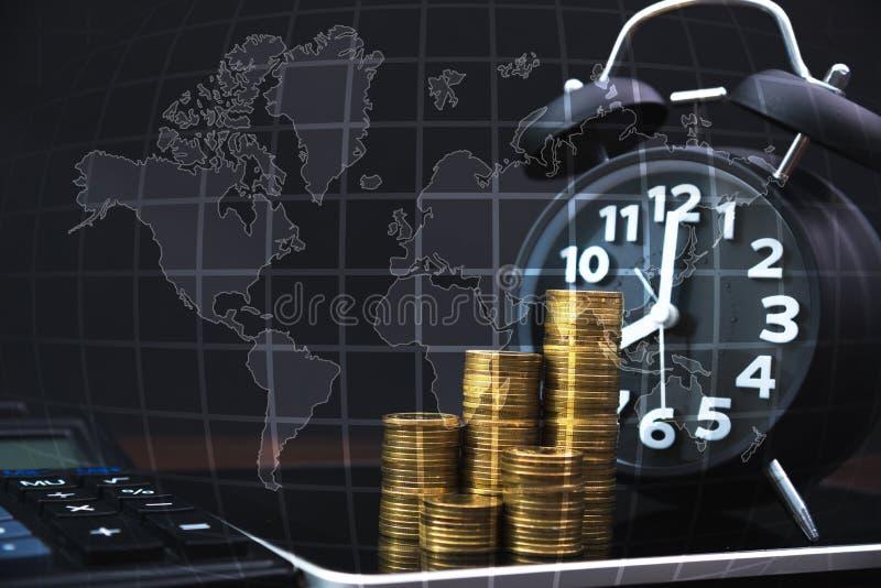 Σωροί νομισμάτων και ξυπνητήρι με τον υπολογιστή ταμπλετών και την οικονομική γραφική παράσταση, όραμα επιχειρησιακού προγραμματι στοκ φωτογραφίες