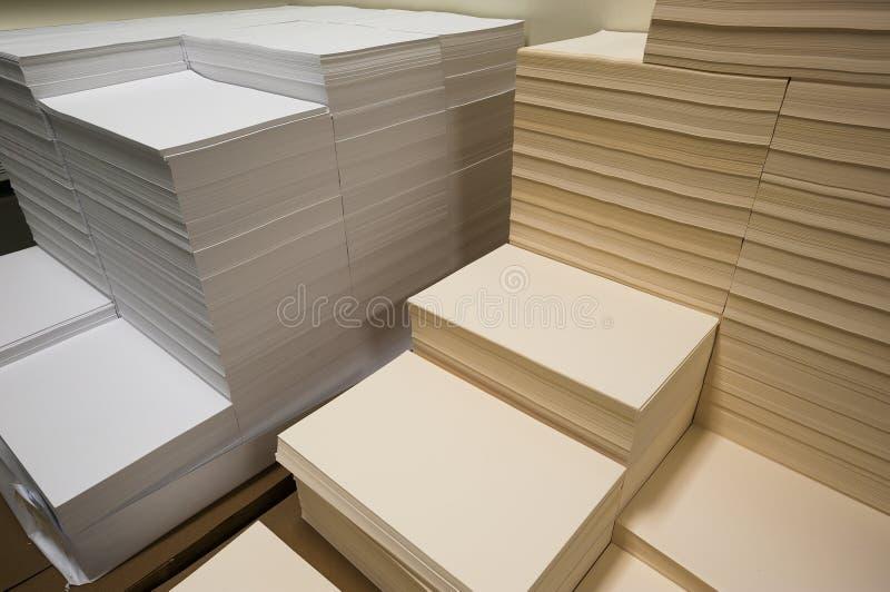 Σωροί του άσπρου και μπεζ εγγράφου στοκ εικόνα