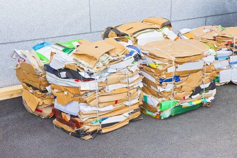 Σωροί του εγγράφου και του χαρτονιού έτοιμων να ανακυκλωθούν στοκ εικόνες με δικαίωμα ελεύθερης χρήσης