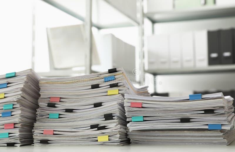 Σωροί των εγγράφων με τους συνδετήρες εγγράφου στοκ φωτογραφίες με δικαίωμα ελεύθερης χρήσης
