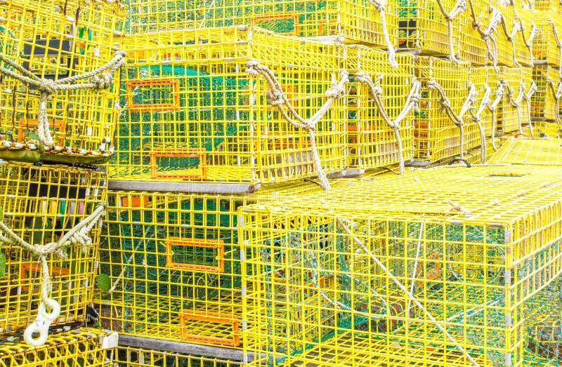 Σωροί των κενών κίτρινων παγίδων αστακών σε μια αποβάθρα στοκ εικόνες με δικαίωμα ελεύθερης χρήσης