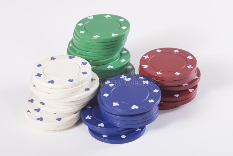 Σωροί των κόκκινων, πράσινων, άσπρων και μπλε τσιπ χαρτοπαικτικών λεσχών στοκ εικόνες