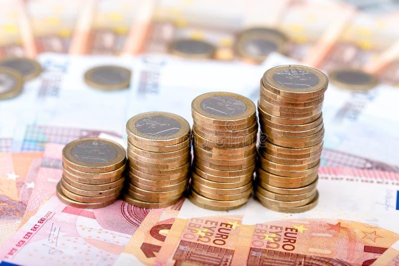 Σωροί των νομισμάτων που αυξάνονται σε μέγεθος στοκ φωτογραφίες