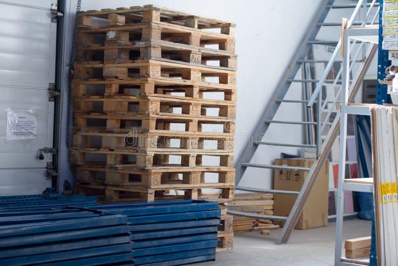 Σωροί των ξύλινων παλετών για τη βιομηχανική μεταφορά από το φορτηγό στοκ φωτογραφία