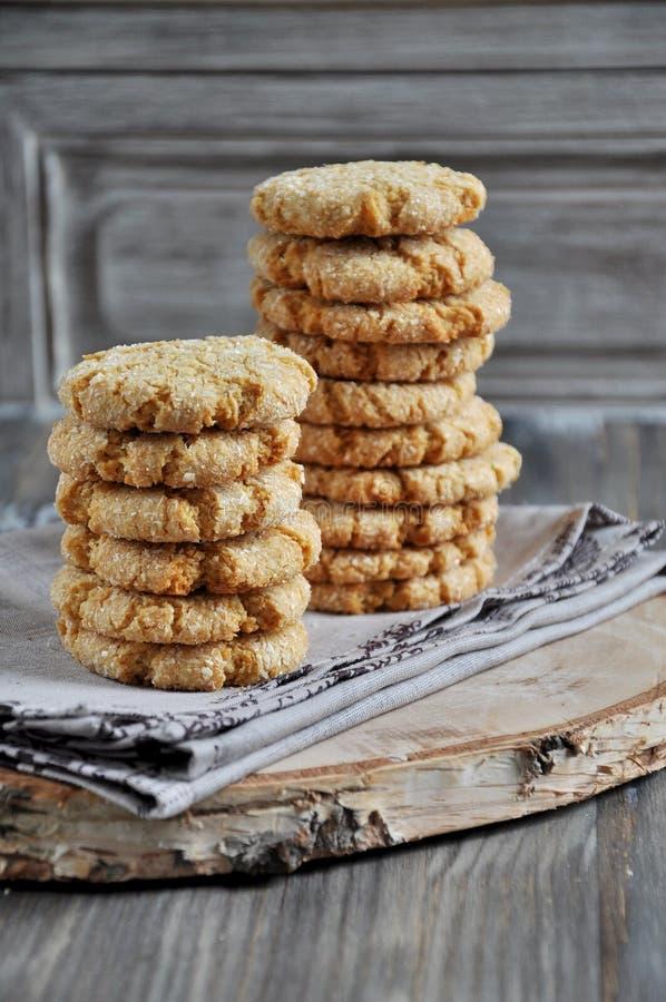 Σωροί των σπιτικών μπισκότων μελιού με τις ρωγμές που προστίθενται με την καρύδα στοκ εικόνα