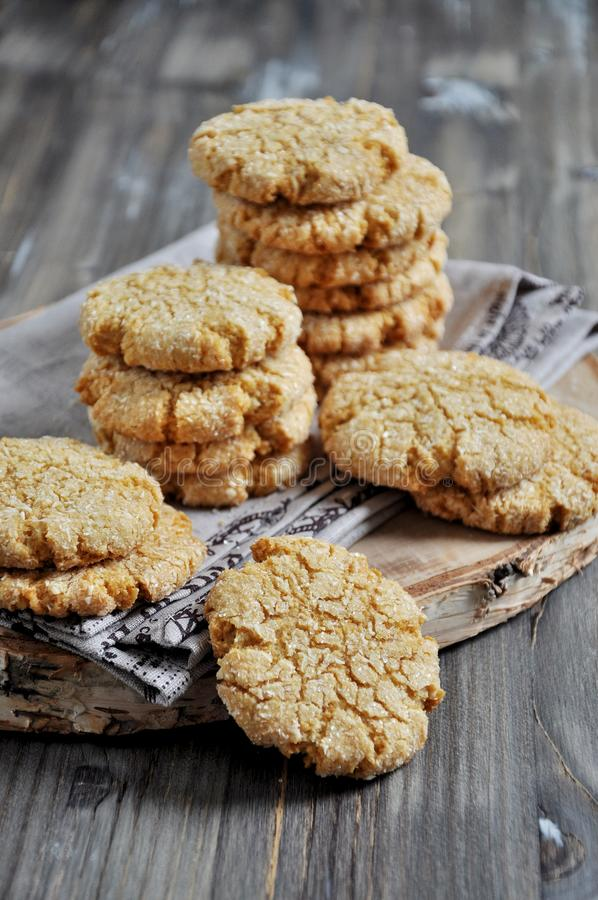 Σωροί των σπιτικών μπισκότων μελιού με τις ρωγμές που προστίθενται με την καρύδα στοκ εικόνες με δικαίωμα ελεύθερης χρήσης