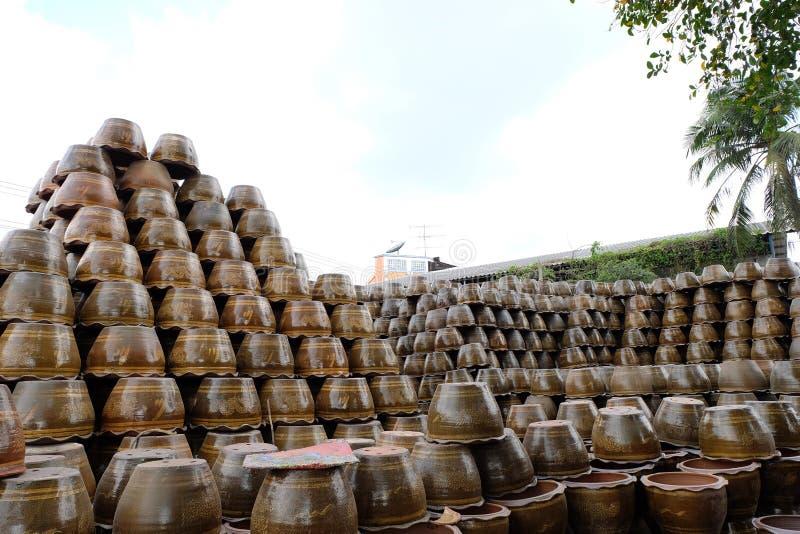 Σωροί flowerpots πιατικών σε Ratchaburi, Ταϊλάνδη στοκ εικόνα με δικαίωμα ελεύθερης χρήσης