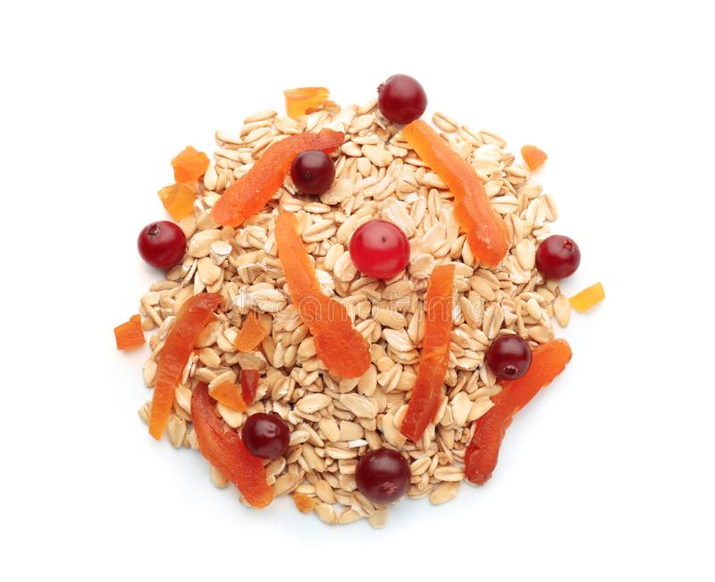 Σωρός ακατέργαστο oatmeal, του ξηρών βερίκοκου και των των βακκίνιων στο άσπρο υπόβαθρο στοκ εικόνες