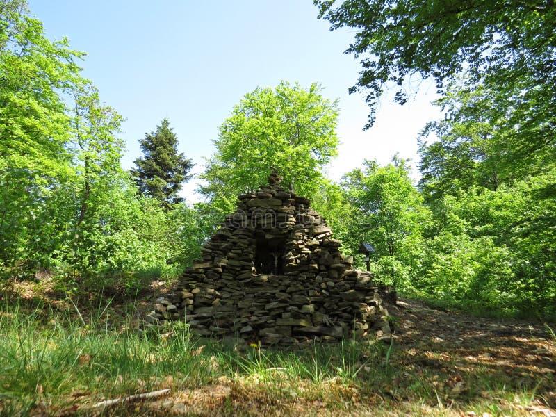 Σωρός από τις πέτρες με το σταυρό και τον Ιησού Insight Surrounded από το δάσος στοκ φωτογραφία με δικαίωμα ελεύθερης χρήσης