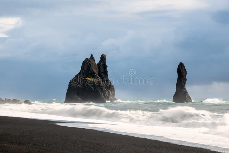 Σωρός βασαλτών σε μια μαύρη αμμώδη παραλία στην Ισλανδία στοκ φωτογραφία