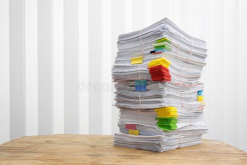 Σωρός γραφικής εργασίας ακατάστατος της επιχείρησης οικονομικής που βάζει στο γραφείο στοκ φωτογραφίες