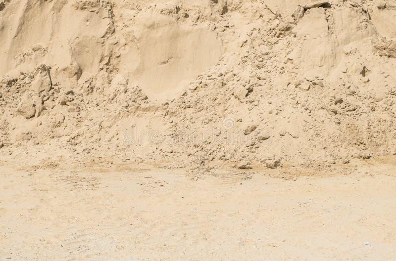 Σωρός επιφάνειας κινηματογραφήσεων σε πρώτο πλάνο της άμμου για τη οικοδομή με το επίγειο κατασκευασμένο υπόβαθρο στοκ εικόνα