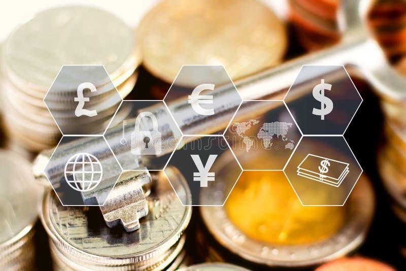 Σωρός και κλειδί νομισμάτων με το εικονίδιο εικονικό στον πίνακα Η έννοια επιχειρησιακής αύξησης, του οικονομικού ή παγκόσμιου εμ απεικόνιση αποθεμάτων