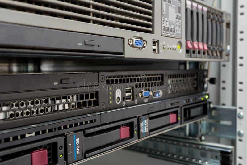 Σωρός κεντρικών υπολογιστών με τους σκληρούς δίσκους σε ένα datacenter στοκ φωτογραφία με δικαίωμα ελεύθερης χρήσης