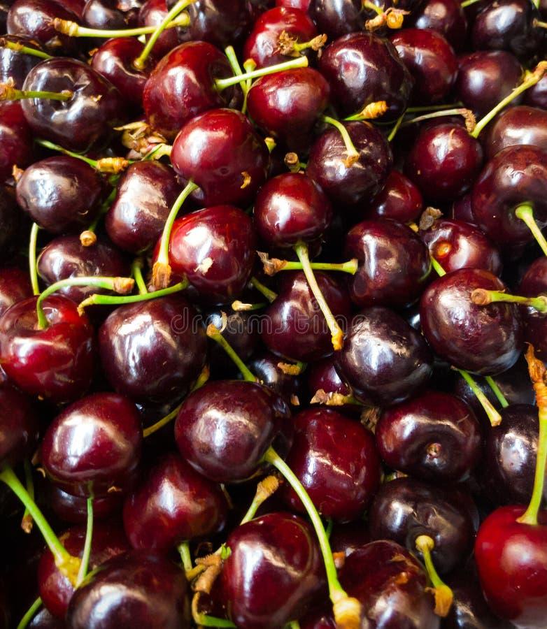 Σωρός κινηματογραφήσεων σε πρώτο πλάνο των φυσικών φρέσκων εύγευστων κόκκινων φρούτων κερασιών στοκ φωτογραφία