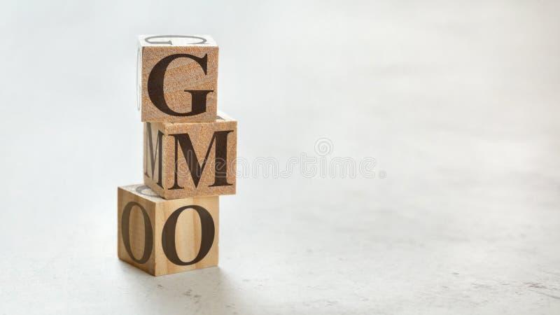 Σωρός με τρεις ξύλινους κύβους - γράμματα ΓΤΟ που σημαίνει γενετικά τροποποιημένος οργανισμός επάνω τους, χώρος για περισσότερο κ στοκ φωτογραφία με δικαίωμα ελεύθερης χρήσης