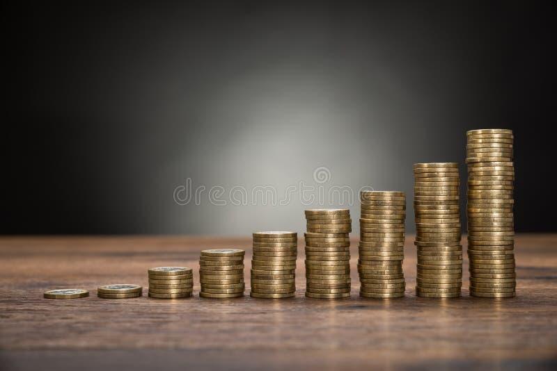 Σωρός νομισμάτων στον πίνακα στοκ φωτογραφίες