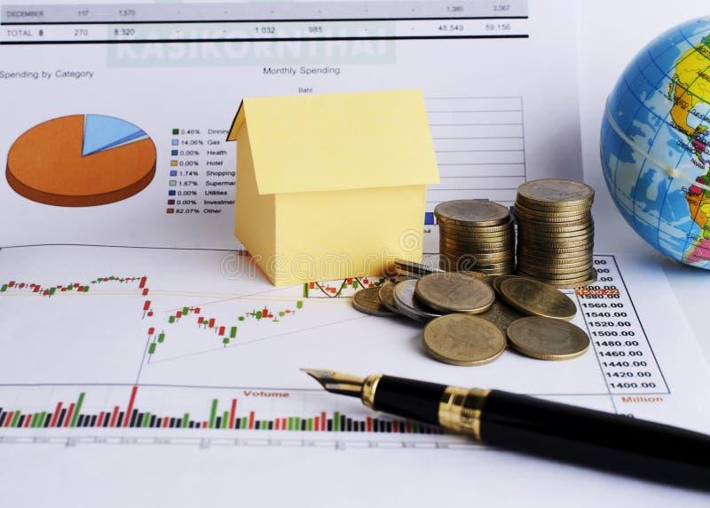 Σωρός νομισμάτων χρημάτων και έγγραφο σπιτιών για την έννοια χρημάτων δανείων στοκ εικόνες