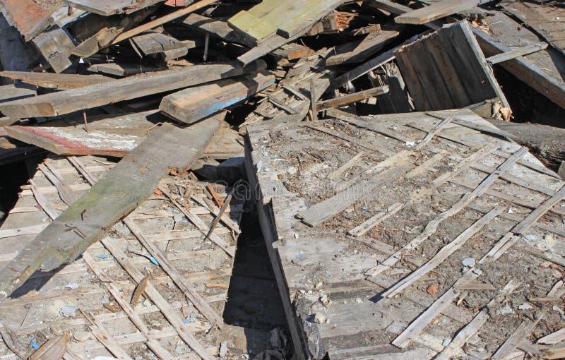 Σωρός παλαιών χαλασμένων ξύλινων σανίδων Βρώμικα χαλασμένα σχέδια στοκ φωτογραφίες με δικαίωμα ελεύθερης χρήσης