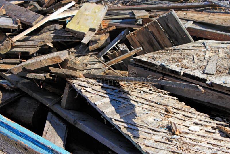 Σωρός παλαιών χαλασμένων ξύλινων σανίδων Βρώμικα χαλασμένα σχέδια στοκ εικόνα με δικαίωμα ελεύθερης χρήσης