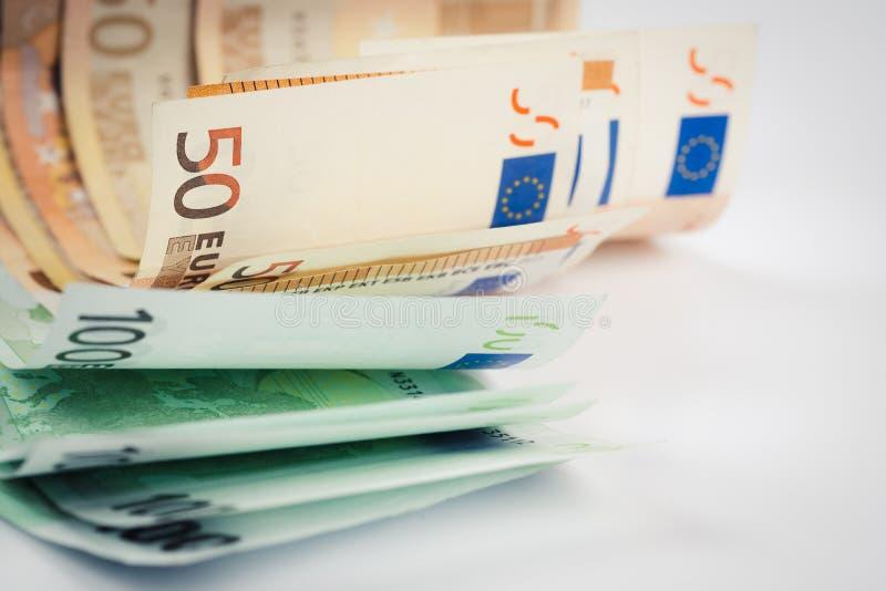 Σωρός πενήντα ευρο- και εκατό ευρο- τραπεζογραμματίων στο wh στοκ εικόνα με δικαίωμα ελεύθερης χρήσης