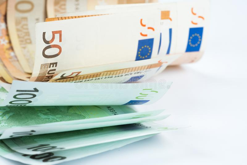 Σωρός πενήντα ευρο- και εκατό ευρο- τραπεζογραμματίων στο wh στοκ φωτογραφία με δικαίωμα ελεύθερης χρήσης