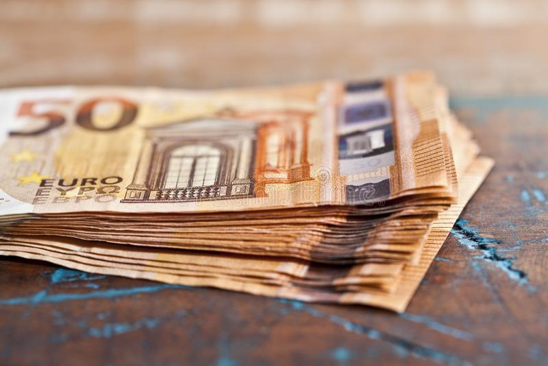 Σωρός πενήντα ευρο- τραπεζογραμματίων 50€ σημειώσεις νομίσματος που συσσωρεύονται στον αγροτικό ξύλινο πίνακα στοκ εικόνα