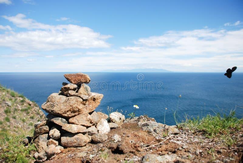 Σωρός πετρών στη θάλασσα στοκ εικόνα
