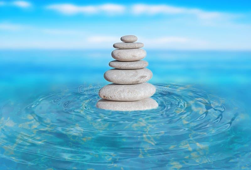 Σωρός πετρών της Zen από μεγάλο σε μικρό στο νερό με το κυκλικό κύμα στοκ εικόνα