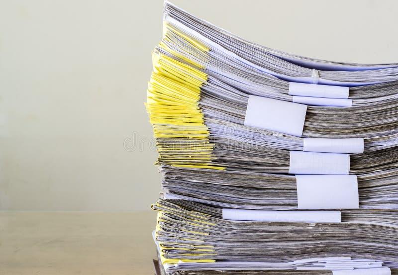 Σωρός της αναμονής εγγράφων που ρυθμίζεται στοκ φωτογραφία με δικαίωμα ελεύθερης χρήσης