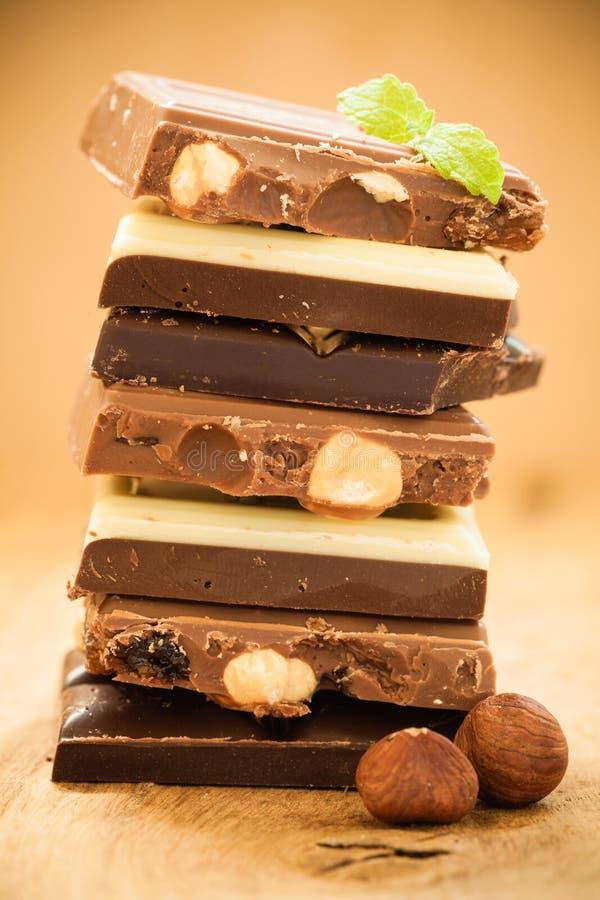 Σωρός της διαφορετικών σοκολάτας και των φουντουκιών ειδών στοκ φωτογραφίες