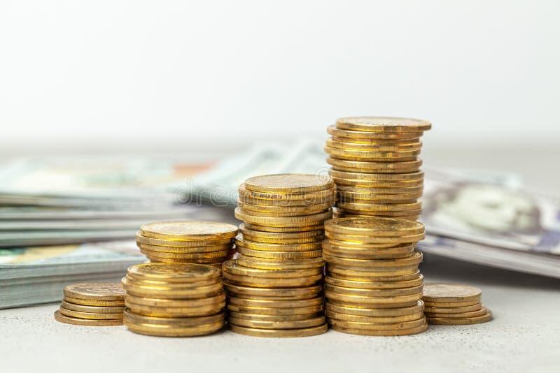 Σωρός της σκάλας νομισμάτων επάνω Η έννοια του κέρδους και της επιτυχίας, υψηλές επιστροφές στοκ φωτογραφίες