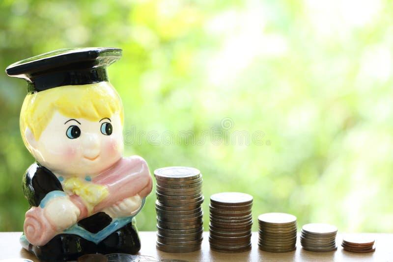 Σωρός της ταϊλανδικής διαταγής νομισμάτων στο κιβώτιο χρημάτων, αποταμίευση χρημάτων έννοιας για την εκπαίδευση στοκ φωτογραφία με δικαίωμα ελεύθερης χρήσης