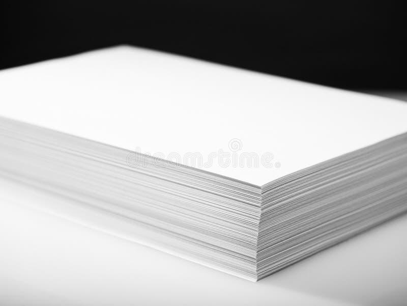 Σωρός του άσπρου εγγράφου εκτυπωτών και αντιγραφέων στοκ εικόνα