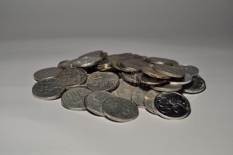 Σωρός του ινδονησιακού νομίσματος που απομονώνεται στο άσπρο υπόβαθρο στοκ φωτογραφίες με δικαίωμα ελεύθερης χρήσης
