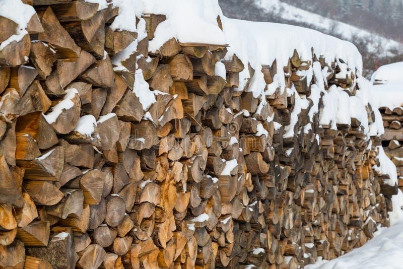Σωρός του καυσόξυλου στο χιόνι στοκ φωτογραφίες με δικαίωμα ελεύθερης χρήσης