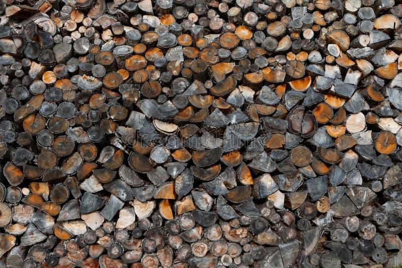 Σωρός του κομμένου ξύλου ως υπόβαθρο, σύσταση Καυσόξυλο, γραπτή εικόνα στοκ εικόνα με δικαίωμα ελεύθερης χρήσης