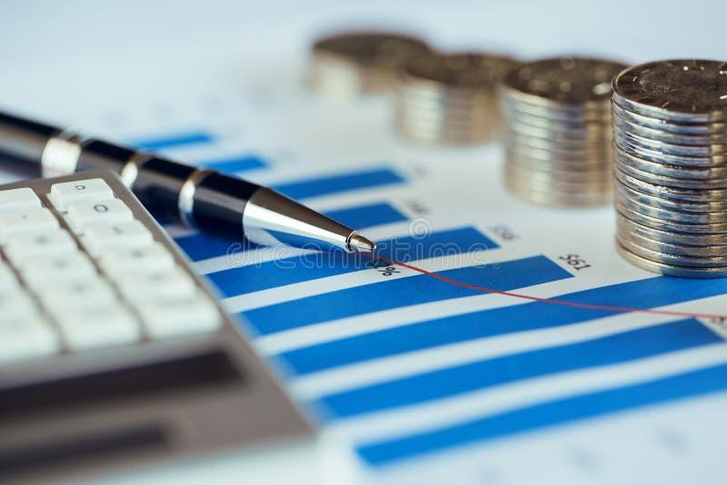 Σωρός του νομίσματος με τη γραφική παράσταση φραγμών στοκ φωτογραφίες με δικαίωμα ελεύθερης χρήσης