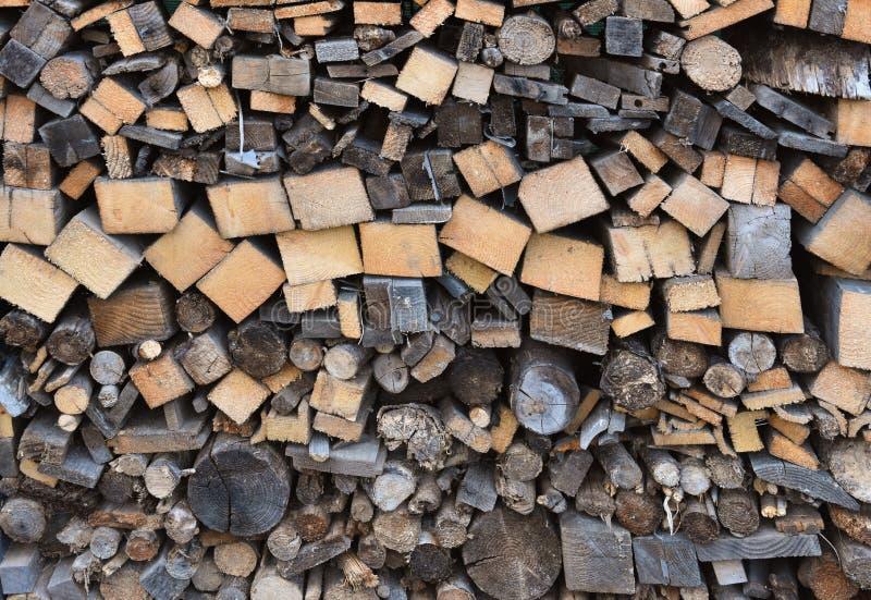 Σωρός του ξύλου με τα διαφορετικά καυσόξυλα στοκ φωτογραφίες