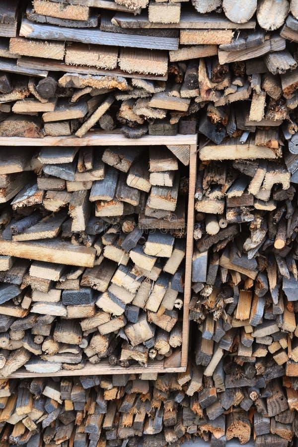 Σωρός του ξύλου με τα διαφορετικά καυσόξυλα στοκ εικόνες