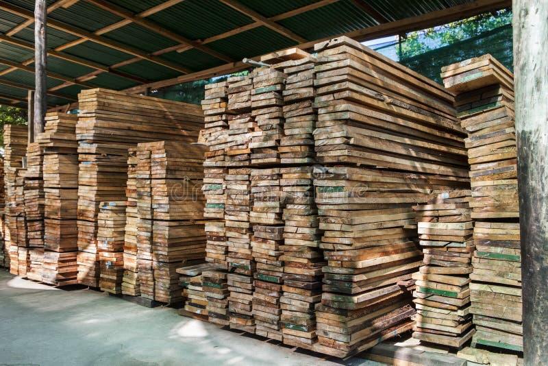 Σωρός του ξύλινου φραγμού σωρών σε χρήση εργοστασίων ναυπηγείων ξυλείας για το constructi στοκ εικόνες