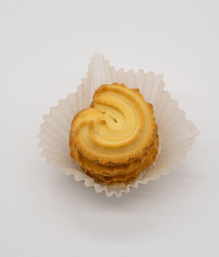Σωρός του σπιτικού μπισκότου στη συσκευασία της Λευκής Βίβλου στο λευκό στοκ εικόνες με δικαίωμα ελεύθερης χρήσης