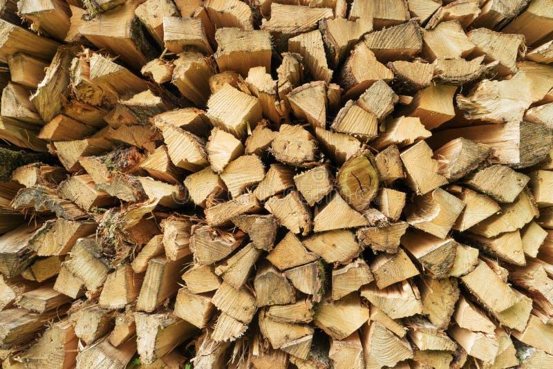 Σωρός του τεμαχισμένου σωρού καυσόξυλου της ξύλινης ξυλείας πεύκων στοκ εικόνα