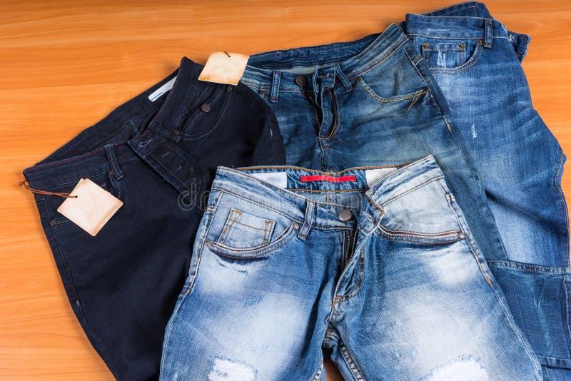 Σωρός του τζιν παντελόνι στα διάφορες πλυσίματα και τις μορφές στοκ φωτογραφία