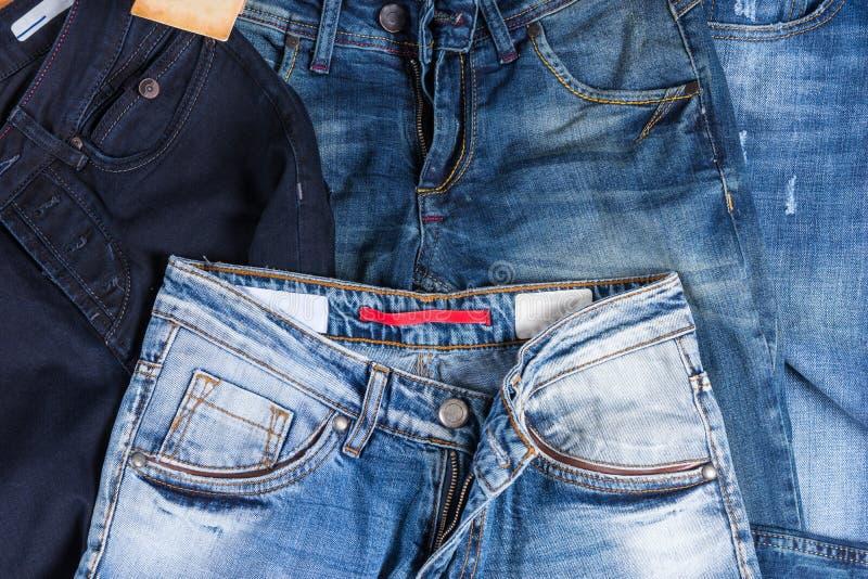 Σωρός του τζιν παντελόνι στα διάφορες πλυσίματα και τις μορφές στοκ φωτογραφίες με δικαίωμα ελεύθερης χρήσης