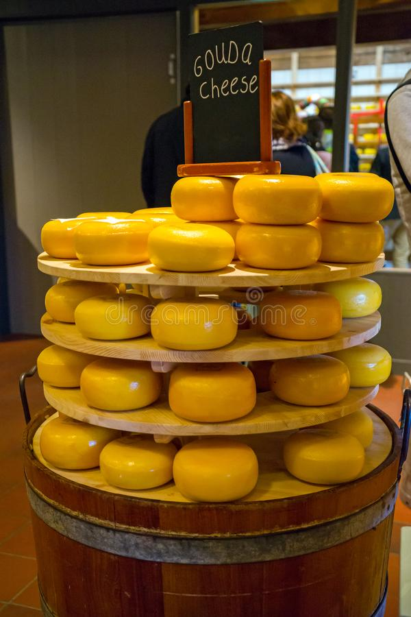 Σωρός του τυριού γκούντα σε ένα κατάστημα στοκ εικόνες