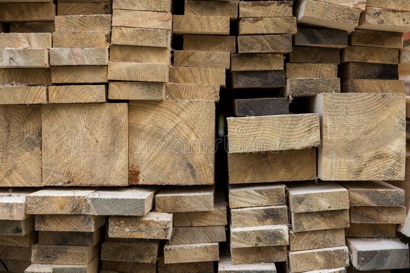 Σωρός του φυσικού καφετιού ανώμαλου τραχιού ξύλινου διαφορετικού μεγέθους πινάκων στοκ εικόνες με δικαίωμα ελεύθερης χρήσης