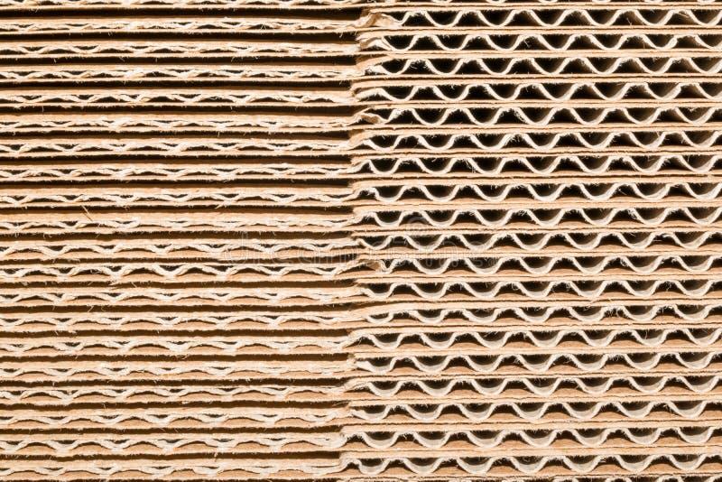 Σωρός του χαρτονιού σε έναν μεγάλο σωρό, διαφορετικές γραμμές στοκ εικόνα με δικαίωμα ελεύθερης χρήσης