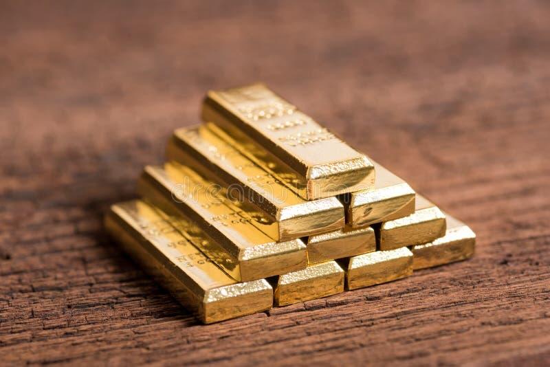 Σωρός του χρυσού φραγμού στο ξύλινο υπόβαθρο στοκ εικόνα